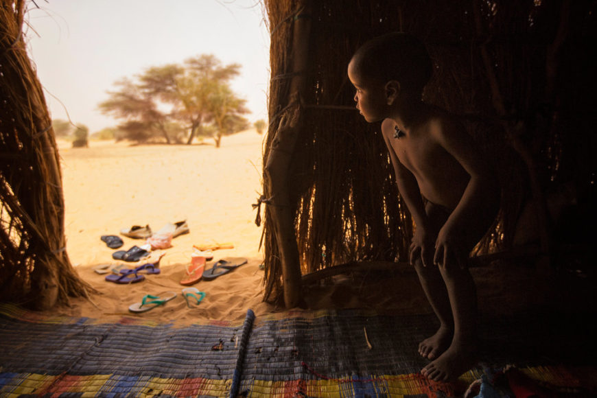 Mauritania,-Adrar---Nomad-child-looks-out-from-his-family's-hut